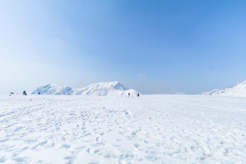 Die Schneeberge von Tateyama Kurobe alpin mit Ba des blauen Himmels stockfotos