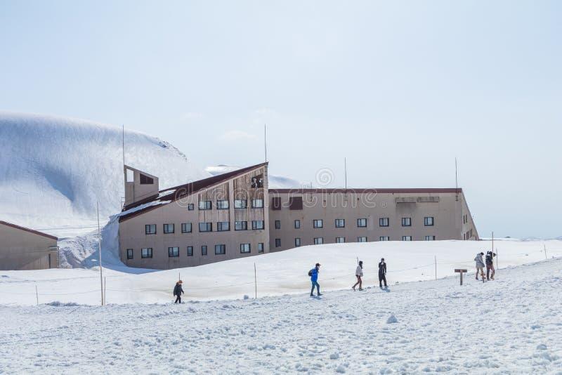 Die Schneeberge von Tateyama Kurobe alpin mit BAC des blauen Himmels lizenzfreie stockfotografie