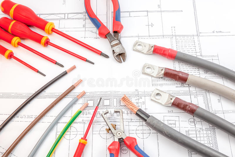 Die Schraubenzieher der elektrischen Leitungen, Drahtzangen stockbild