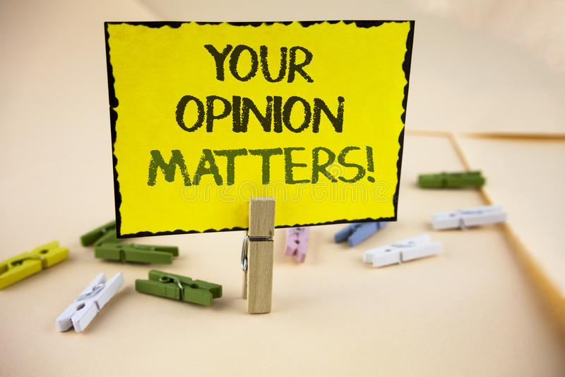 Die Schreibensanmerkung, die Ihre Meinung zeigt, ist Motivanruf von Bedeutung Geschäftsfoto sind Präsentationskunden-Feedback-Ber stockfoto