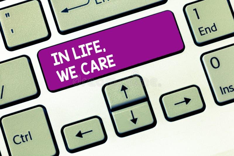 Die Schreibensanmerkung, die im Leben zeigt, interessieren uns wir Geschäftsfoto, das jemand Leben schätzend gibt Sorgfalt und Au stockfotos