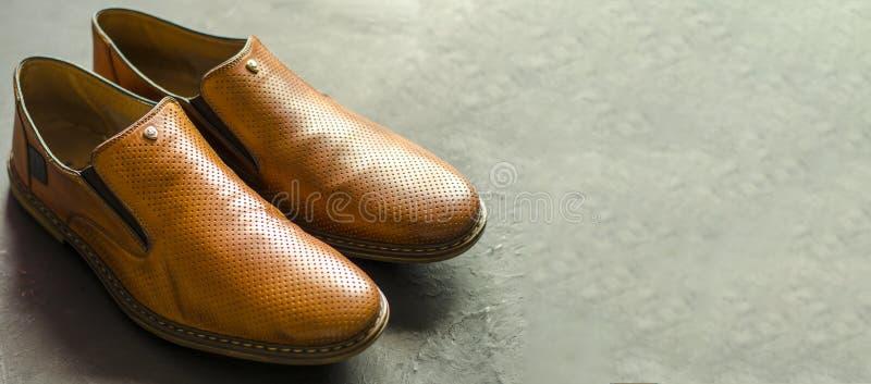 Die Schuhe der klassischen Männer auf einem darck Hintergrund Winkelsicht von der Front lizenzfreies stockbild