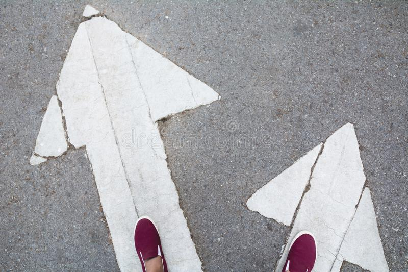 Die Schuhe, die an der Kreuzung stehen und gelangen an Entscheidung, der Weise zu lizenzfreie stockfotos