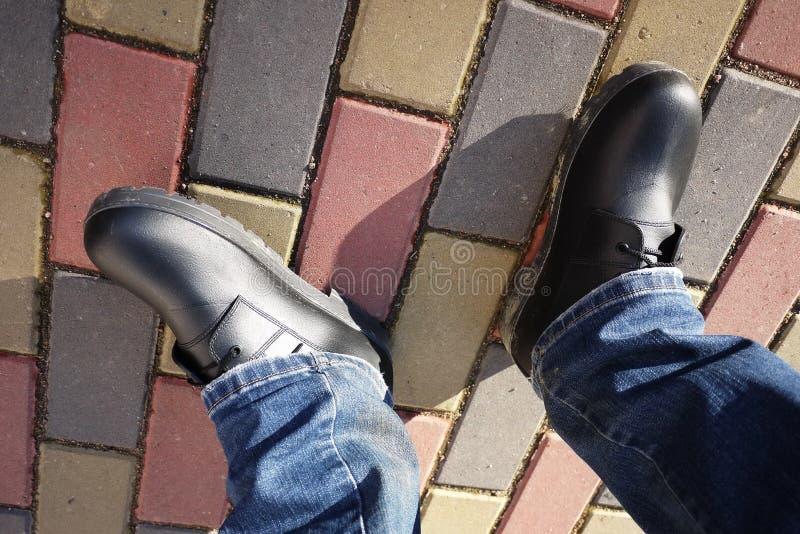 Die Schuhe der M?nner mit hoher Seite Passend w?hrend irgendeines Wetters und aller Jahreszeiten Schmutz, Schlamm, Schnee, Felsen stockbild