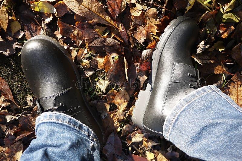 Die Schuhe der M?nner mit hoher Seite Passend w?hrend irgendeines Wetters und aller Jahreszeiten Schmutz, Schlamm, Schnee, Felsen stockbilder