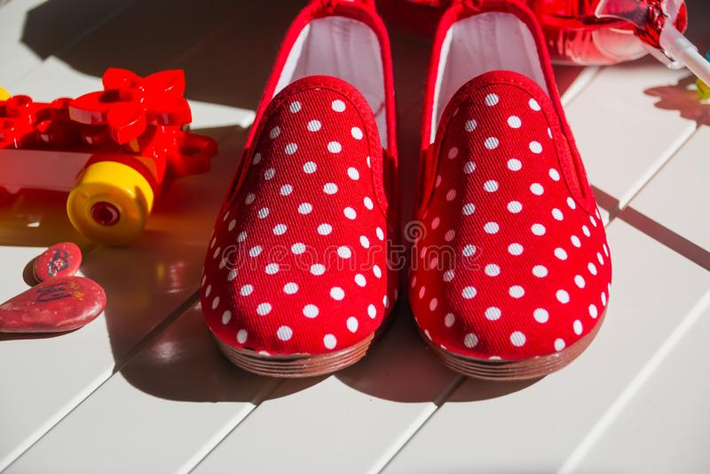 Paare Der Bunten Stiefel Auf Dem Boden Stockfoto Bild von