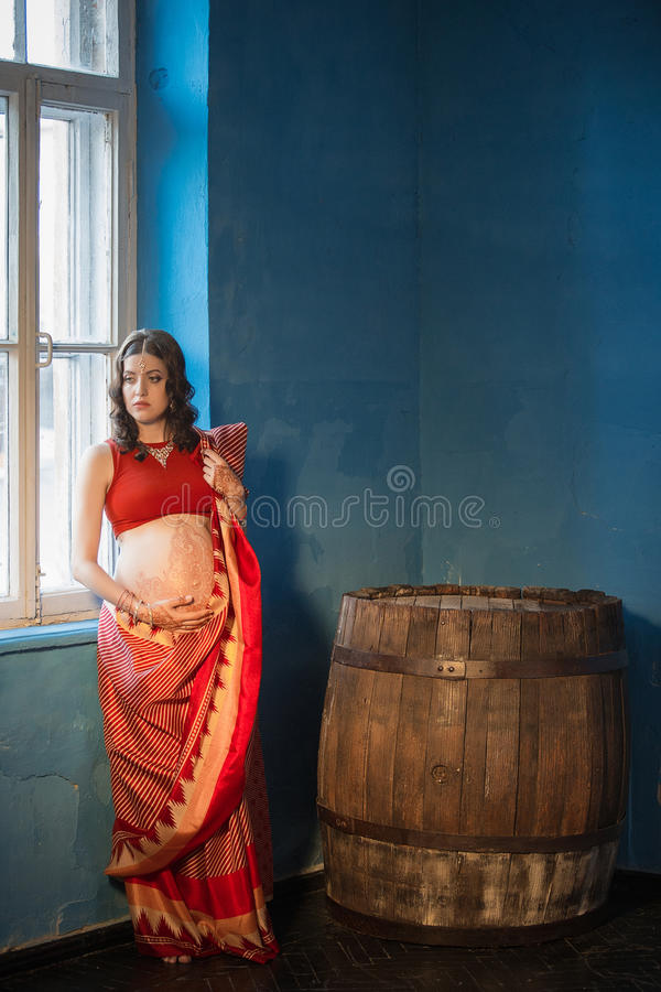 Die schwangere Frau mit Hennastrauchtätowierung stockfotos