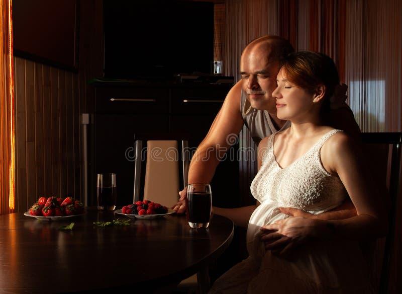 Die schwangere Frau mit ihrem Ehemann lizenzfreies stockbild