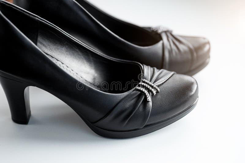 Die schwarzen Lederschuhe der klassischen Frau des stilvollen Sommers mit mittlerer Ferse stockbilder