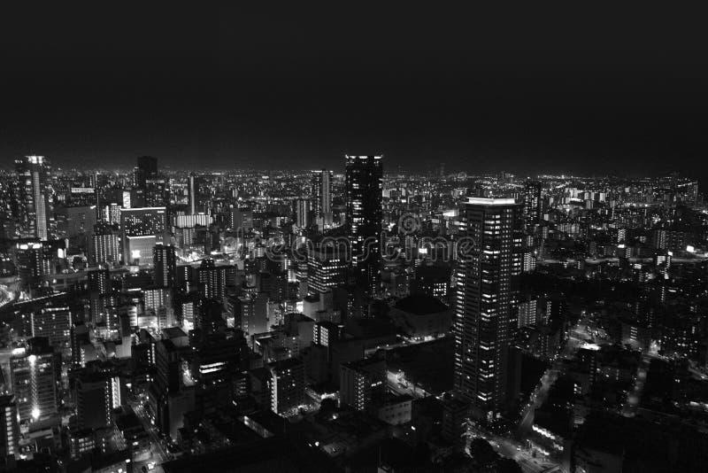 Die Schwarzweiss-Nachtansicht vom Umeda-Himmel-Gebäude Umeda-Himmel-Geb?ude ist das 19.-h?chste Geb?ude in Osaka stockfotografie