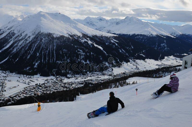 Die Schweiz: Über Davos-Stadt auf Parsenn-Berg, der zu schaut lizenzfreie stockfotos