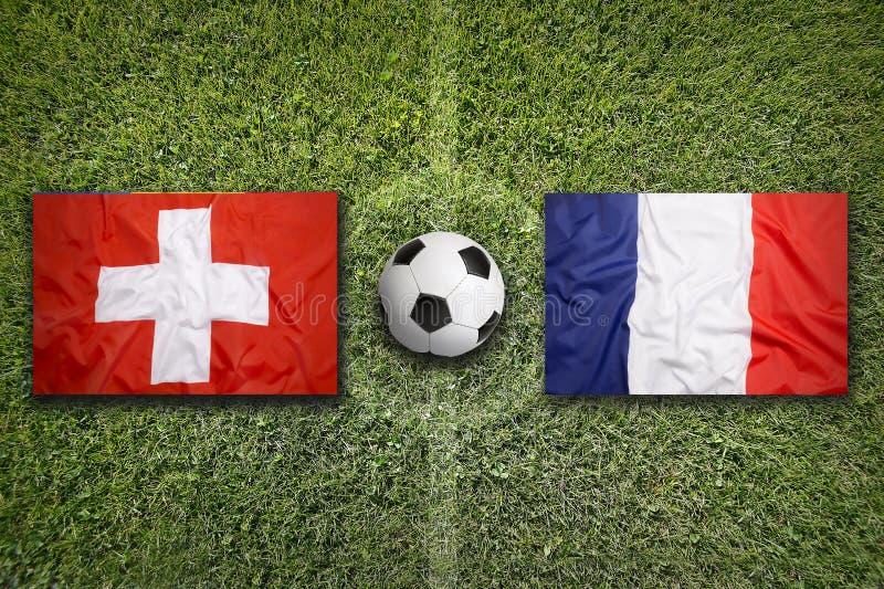 Die Schweiz gegen Frankreich-Flaggen auf Fußballplatz lizenzfreies stockfoto