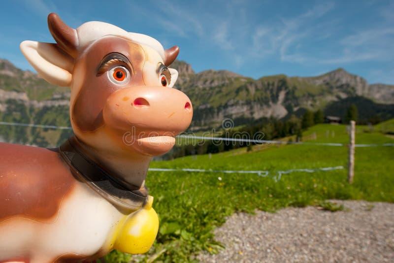 Die Schweiz-Kuh in den Bergen stockfotografie
