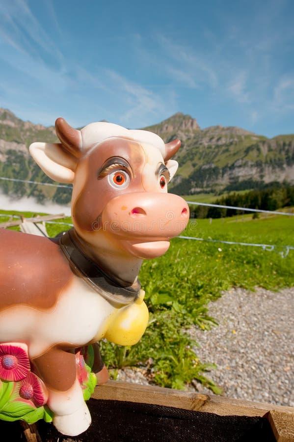 Die Schweiz-Kuh in den Bergen lizenzfreies stockfoto
