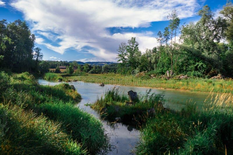 Die Schweiz-Landschaft durch den Fluss stockbild