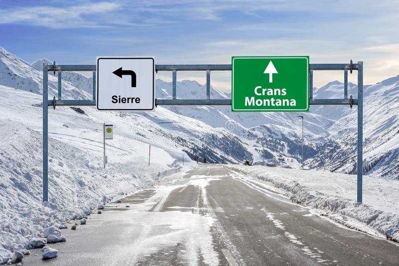 Die Schweiz-Skistadt Crans Montana und großes Zeichen Sierre-Straße mit vielem Schnee- und Gebirgshimmel stockfotos