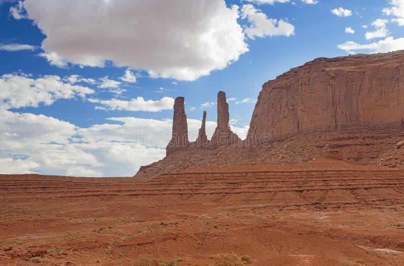 Die sehr berühmten und einzigartigen drei Schwestern Buttes im Monument Vall stockbild