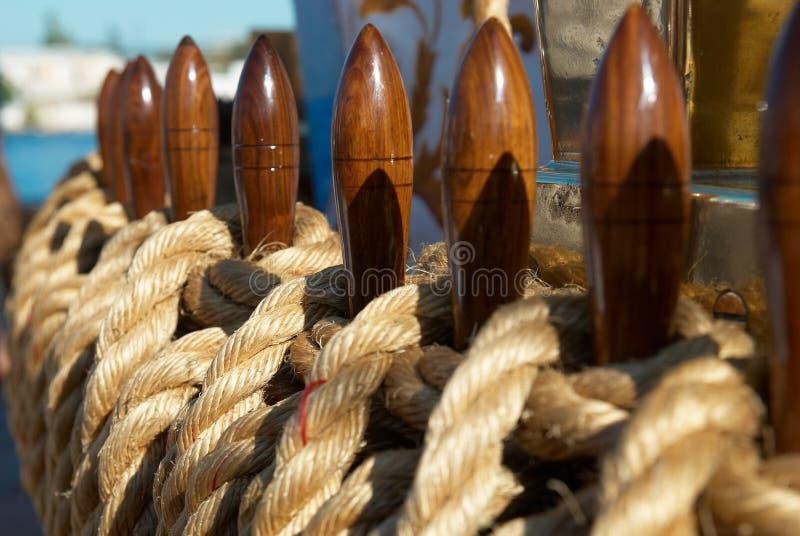 Die Seile und die Geräte der Yacht lizenzfreie stockfotos