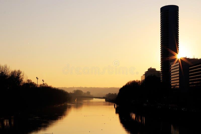 Die Seine in Insel Puteaux und Puteaux bei Sonnenuntergang nahe Laverteidigung Vom pont de Neuilly stockbild