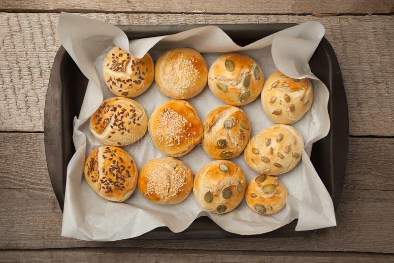 Die selbst gemachten Brötchen mit Samenhamburger des indischen Sesams mit indischem Sesam, Kürbis, Flachs, Sonnenblumensamen auf  stockbild