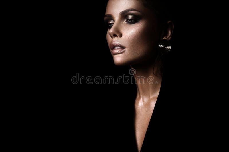 Die sexy strenge Frau mit Make-up und einer modernen Frisur stockbilder