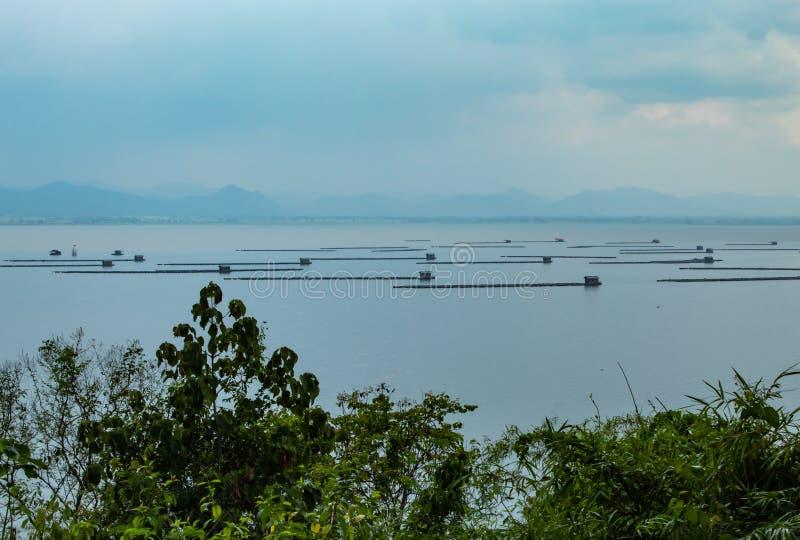 Die sich hin- und herbewegende Fischzucht und der Himmel des Flosses in Krasiew-Verdammung, Supanburi lizenzfreies stockbild