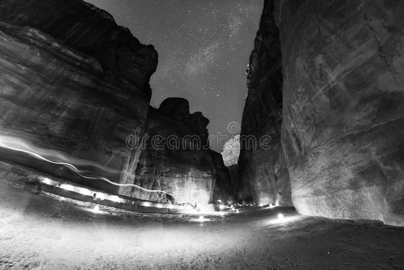 Die siq Spur bis zum Nacht in PETRA stockbild