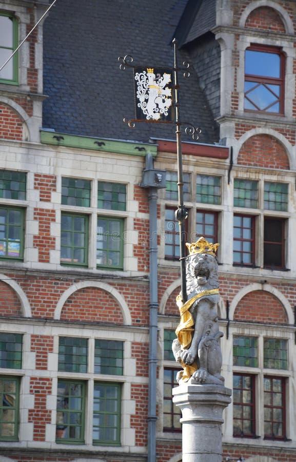 Die Skulptur des flämischen Löwes das Wappen von Gent halten stockbild