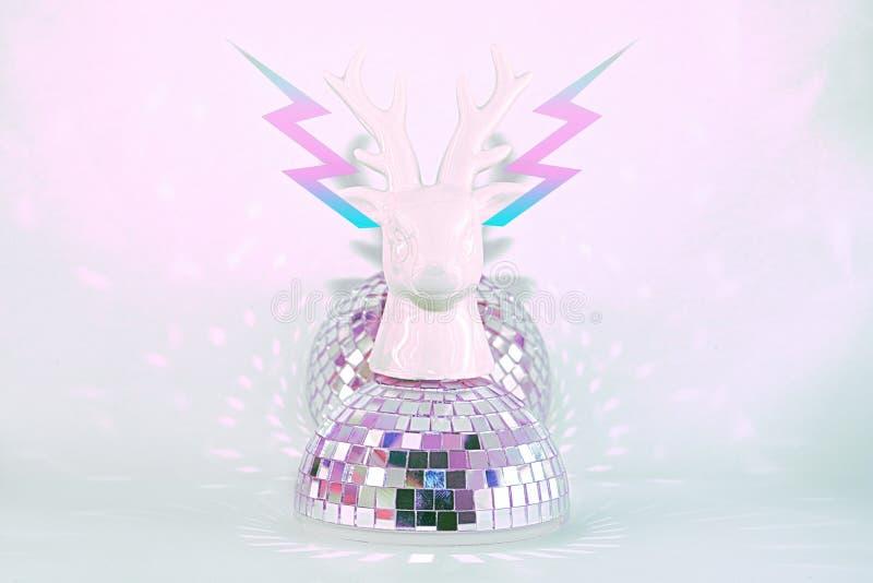 Die Skulptur des Hirschkopfes steht auf einer Diskokugel, von der aus der Kopfblitz fliegt Der Begriff Abstraktion, Minima stockfotografie