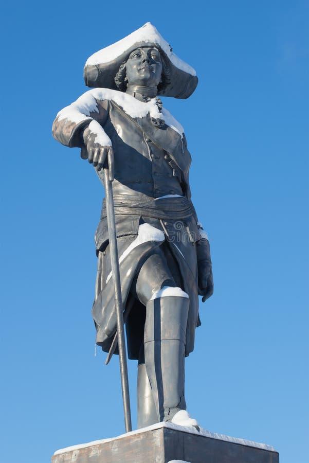 Die Skulptur des russischen Kaisers Paul I., Nahaufnahme sonnigen Februar-Tages Das Monument am Pavlovsk-Palast lizenzfreies stockfoto