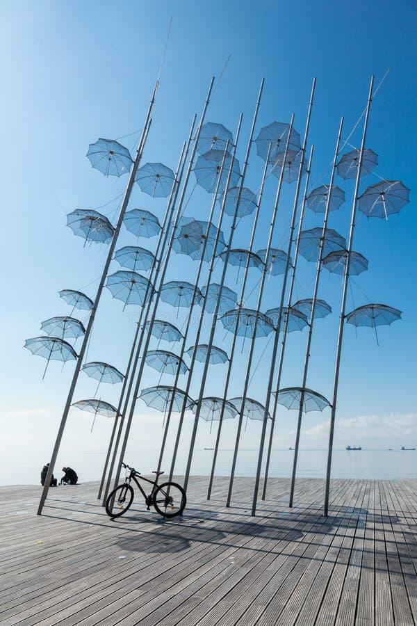 Die Skulptur Regenschirme durch George Zongolopoulos in Saloniki lizenzfreie stockbilder