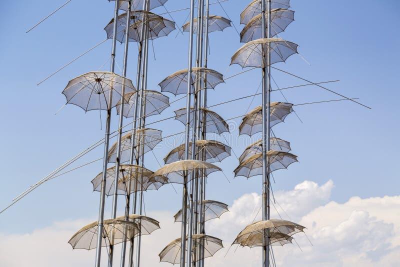 Die Skulptur Regenschirme in Saloniki, Griechenland lizenzfreies stockfoto