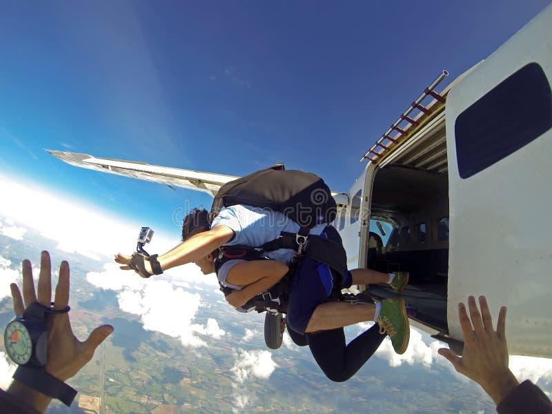 Die Skydivers springend vom flachen Gesichtspunkt lizenzfreies stockbild