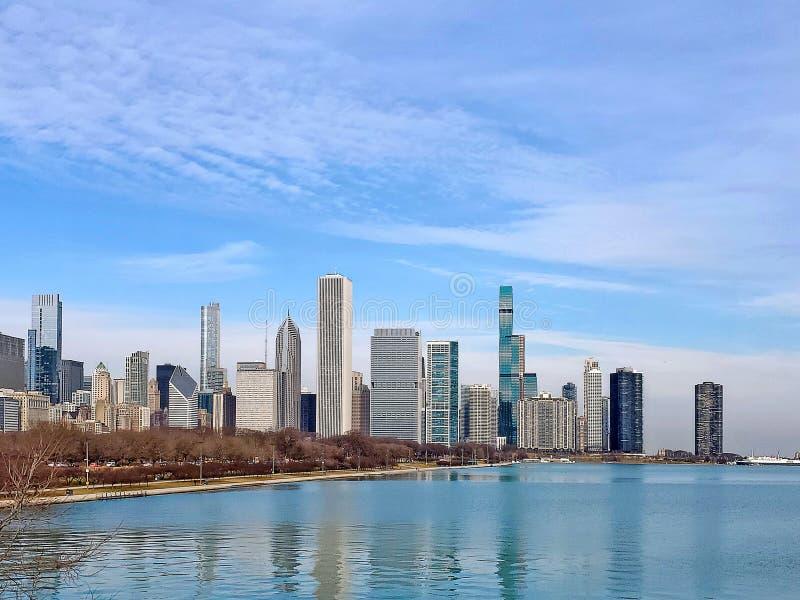 Die Skyline der Stadt Chicago im Gewässer lizenzfreie stockbilder