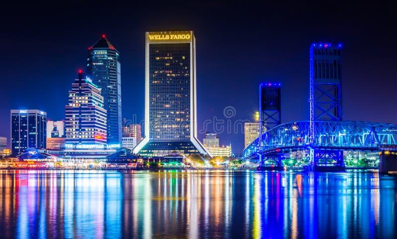 Die Skyline, die im des Johannes Fluss nachts in den Steckfassungen sich reflektieren lizenzfreie stockfotos