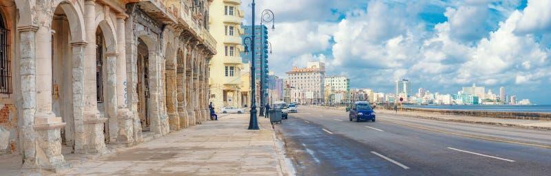 Die Skyline von Havana entlang Malecon-Allee lizenzfreie stockbilder
