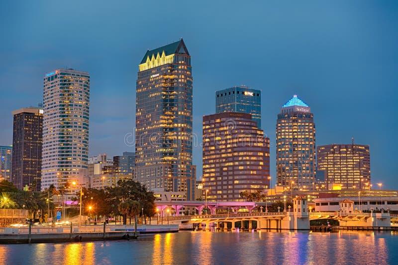 Die Skyline von im Stadtzentrum gelegenem Tampa, Florida, nachts lizenzfreies stockfoto