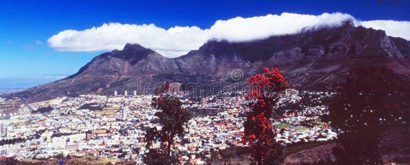 Die Skyline von Kapstadt mit den Tafelbergen stockfotografie