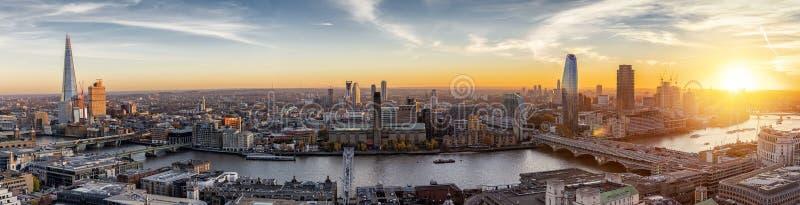 Die Skyline von London entlang der Themse, Vereinigtes Königreich lizenzfreies stockbild