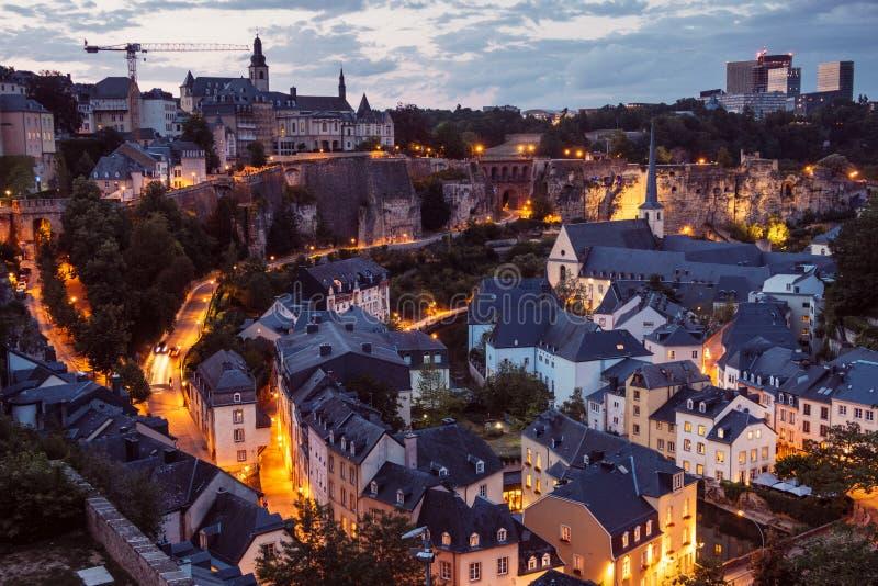Die Skyline von Luxemburg-Stadt nachts lizenzfreies stockbild