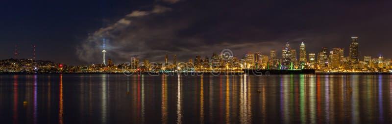 Die Skyline von Seattle, das die einwohnerstarkste Stadt im pazifischen Nordwesten ist, wie gleich nach dem Viertel von Juli-Feue stockfoto