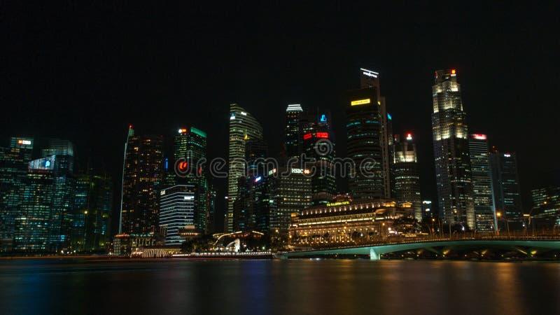 Die Skyline von Singapur nachts lizenzfreies stockbild