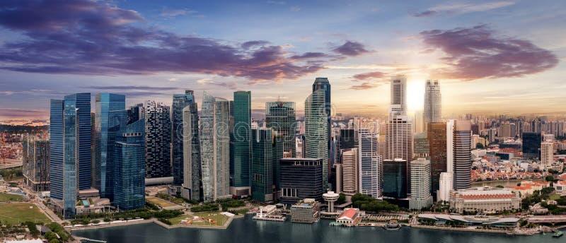 Die Skyline von Singapur während des Sonnenuntergangs lizenzfreies stockfoto