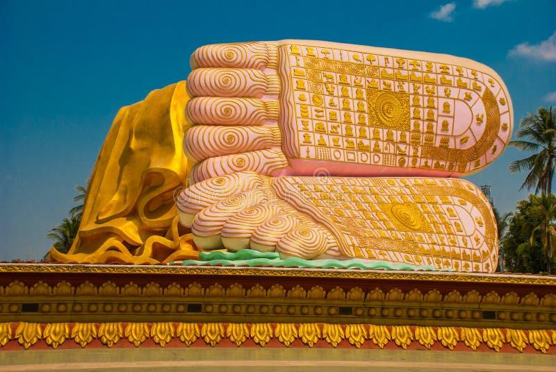 Die Sohlen der Füße Mya Tha Lyaung Reclining Buddha Bago Myanma birma lizenzfreie stockfotografie