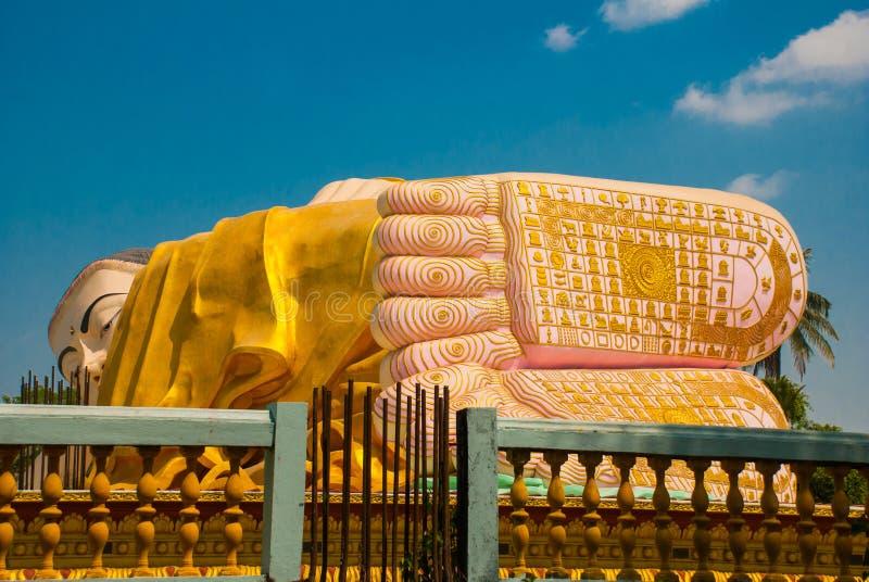 Die Sohlen der Füße Mya Tha Lyaung Reclining Buddha Bago Myanma birma lizenzfreie stockbilder