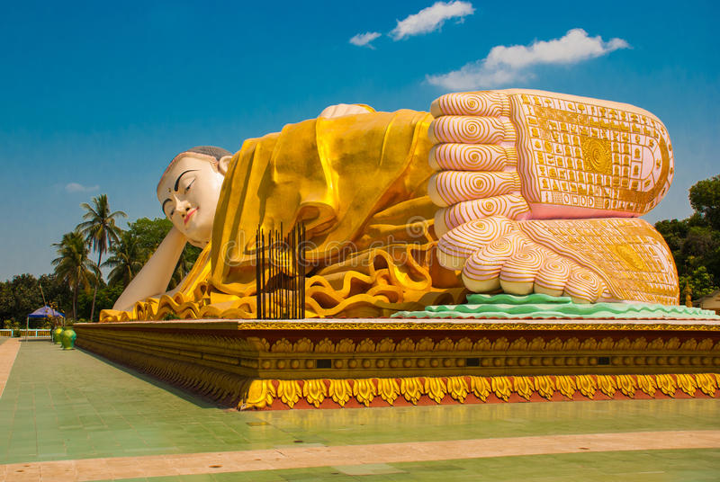 Die Sohlen der Füße Mya Tha Lyaung Reclining Buddha Bago Myanma birma stockfotos