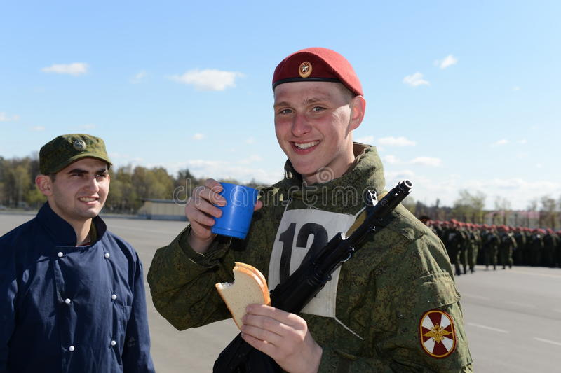 Die Soldaten von internen Truppen in der Feldküche stockbilder