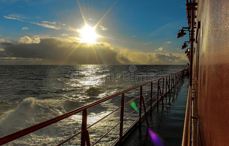 Die Sonne über dem Meer stockfotos