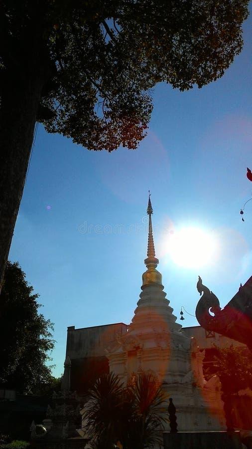 Die Sonne auf Spitzen-stupa lizenzfreies stockbild