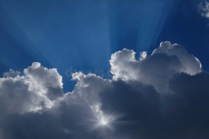 Die Sonne in den Wolken lizenzfreie stockfotos